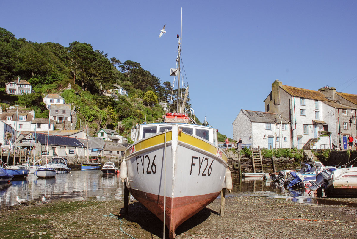 Beached-boat-in-Polperro-Cornwall---Boat-at-low-tide-English-seaside