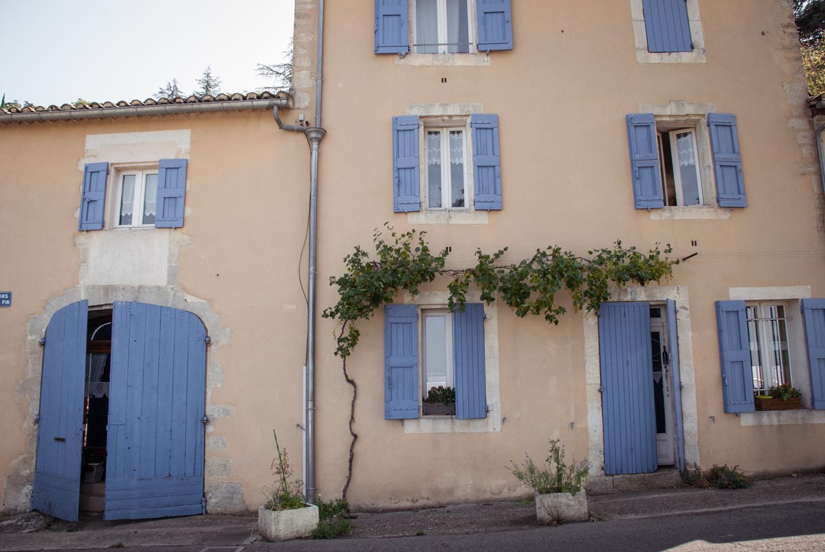 Provence-Villages-South-of-France.-Provence-Luberon.-Bonnieux-hill-village.-Shuttered-house.-French-houses