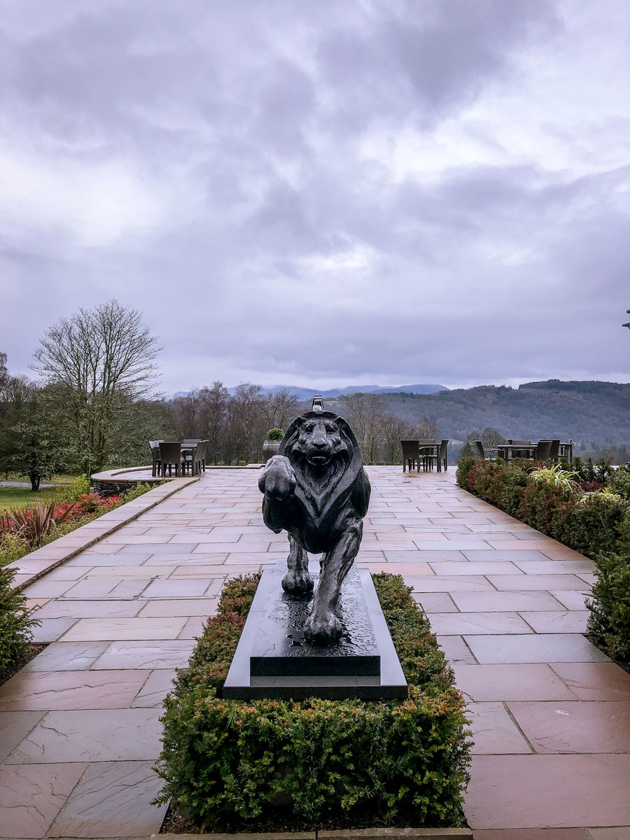 Linthwaite House Hotel Lake District terrace - Bowness-on-Windermere - Leeu Collection - Bronze lion