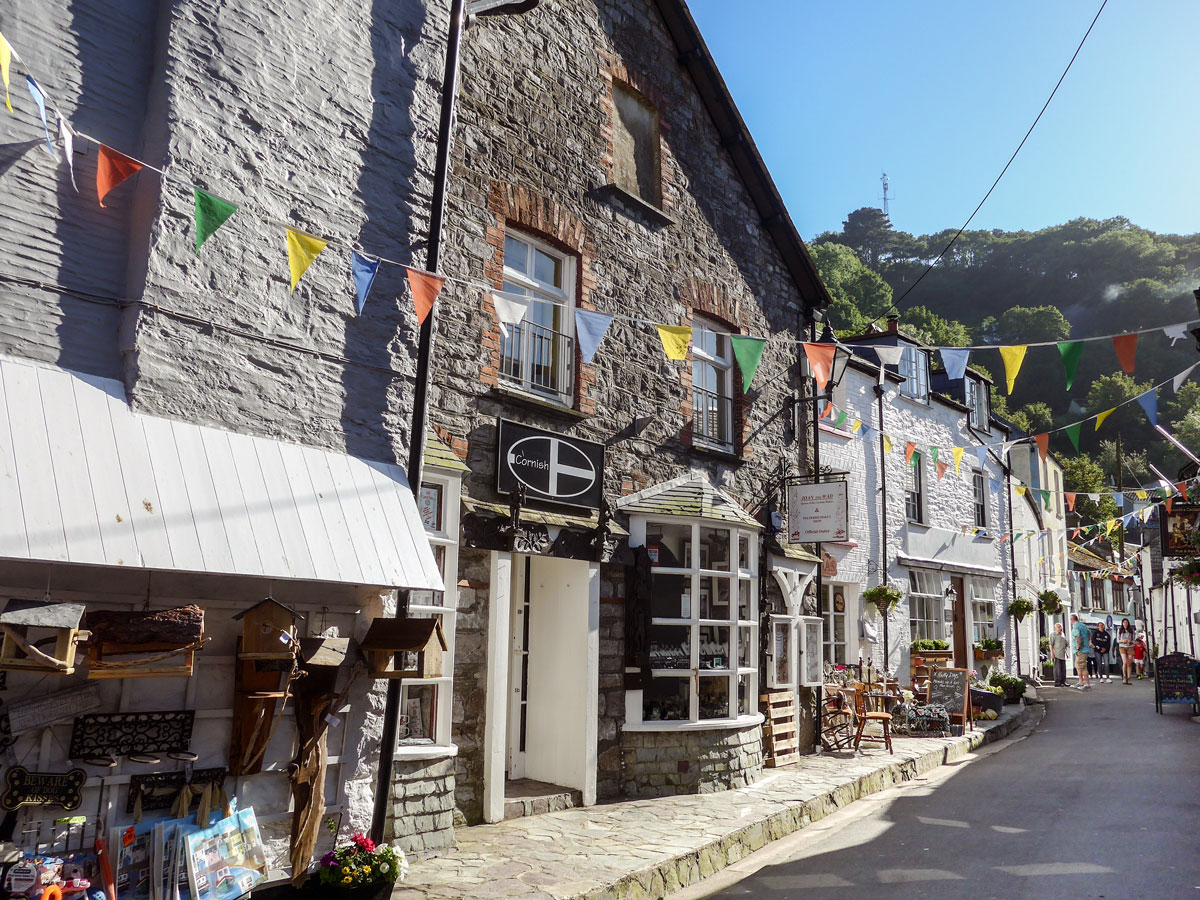 Streets-of-Polperro-Cornwall---Bunting-over-streets---English-seaside-towns