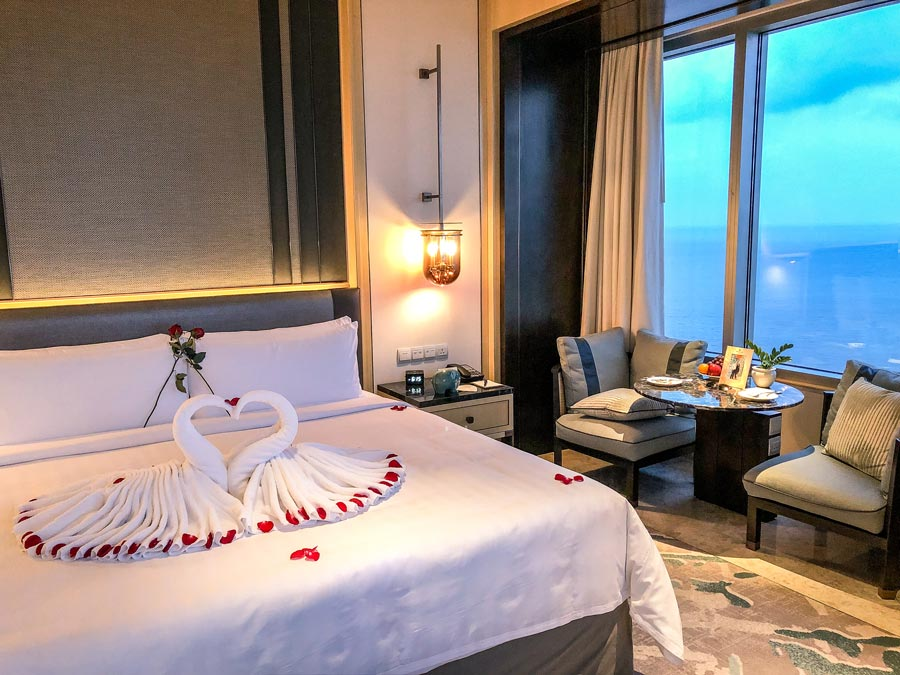 Shangri La Colombo Bed decorations Towel swans Rose petals